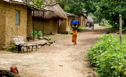 Masanga landsby, kvinde med vand på hoved, Sierra Leone